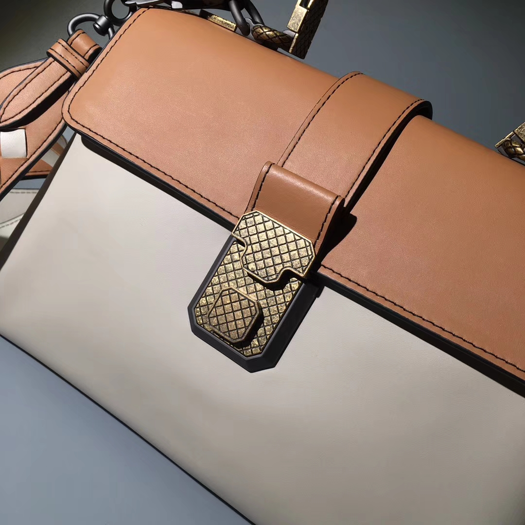 Bottega Veneta 宝缇嘉 Piazza手袋 采用高级小牛皮 intrecciato编织细节
