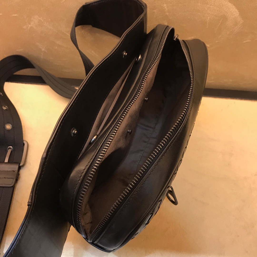 BV男包官网 王鹤棣同款胸包 顶级胎牛皮 26*7*16cm 黑色