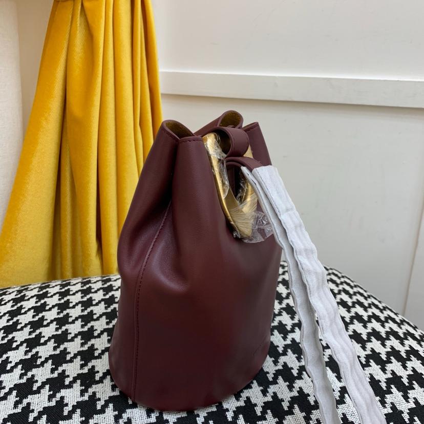 宝缇嘉最新款水桶包 顶级原版牛皮 内里全皮代购版本 枣红色