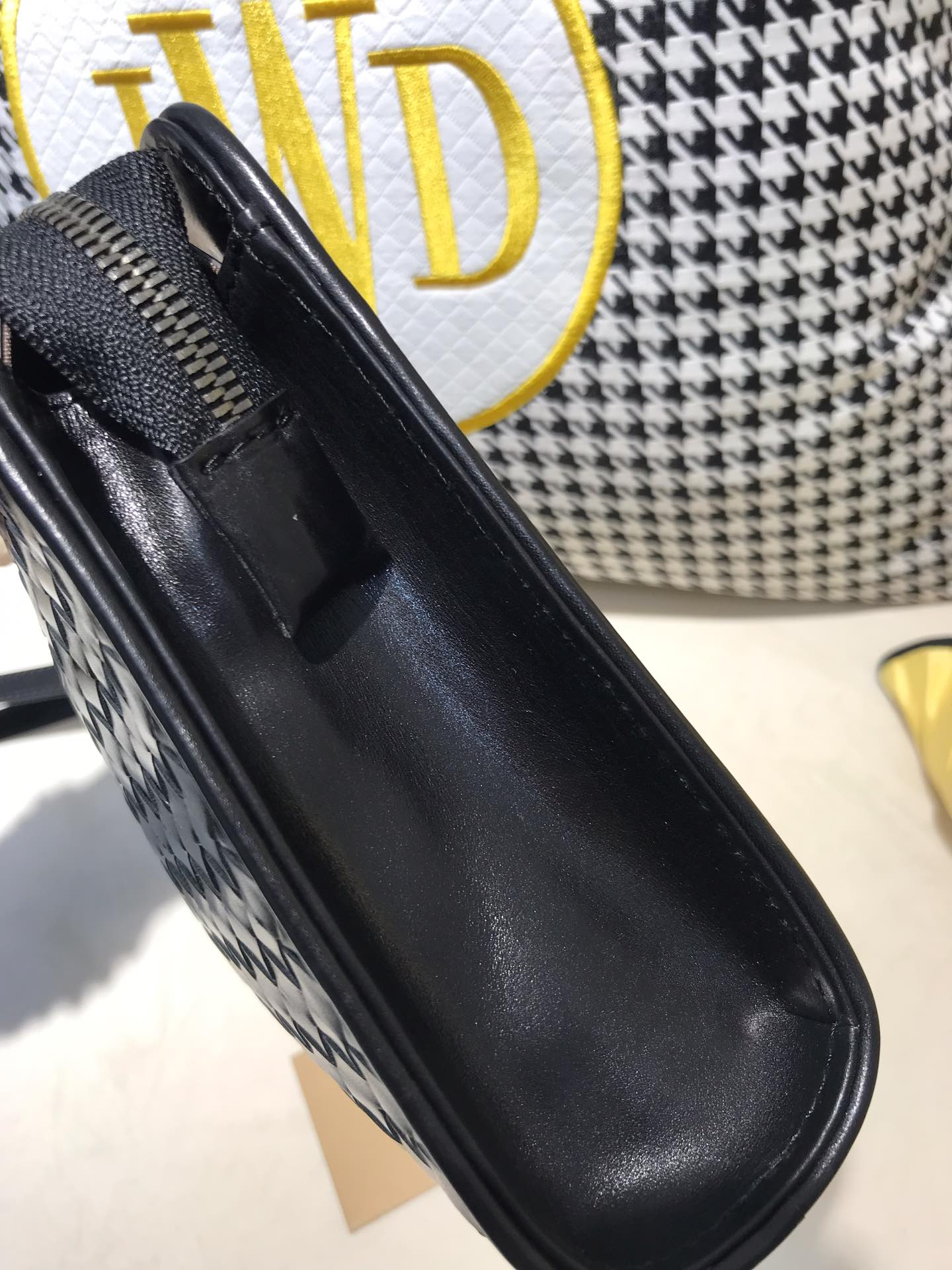 宝缇嘉 代购版8816 顶级原版胎牛皮  内里进口布料 有手腕带 可以放mini ipd