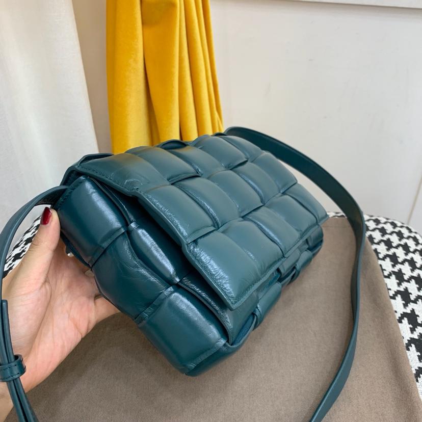 代购вoттega veneтa Padded Cassette bag 卡带包 秋冬季最新款 小牛皮 26 * 18 * 8cm