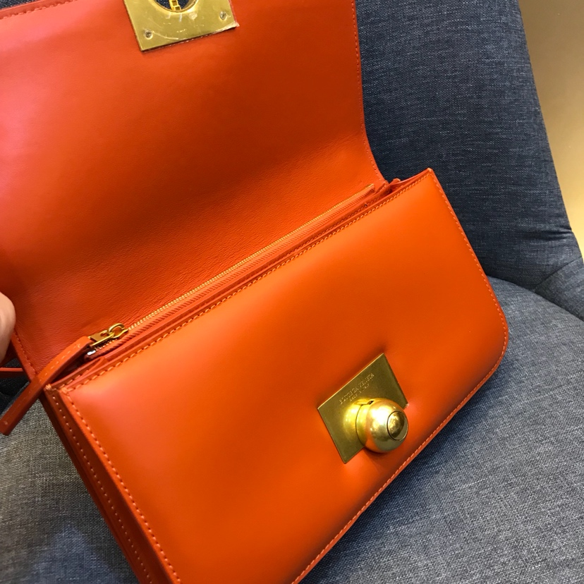 宝缇嘉Ronde bag 进口牛皮制超大容量 内层有拉链 28cm