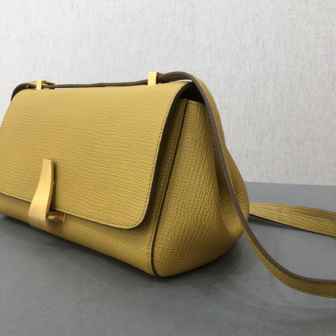 宝缇嘉BV女包 Angle bag  粒面处理小牛皮 黄色 三角形刻花锁扣