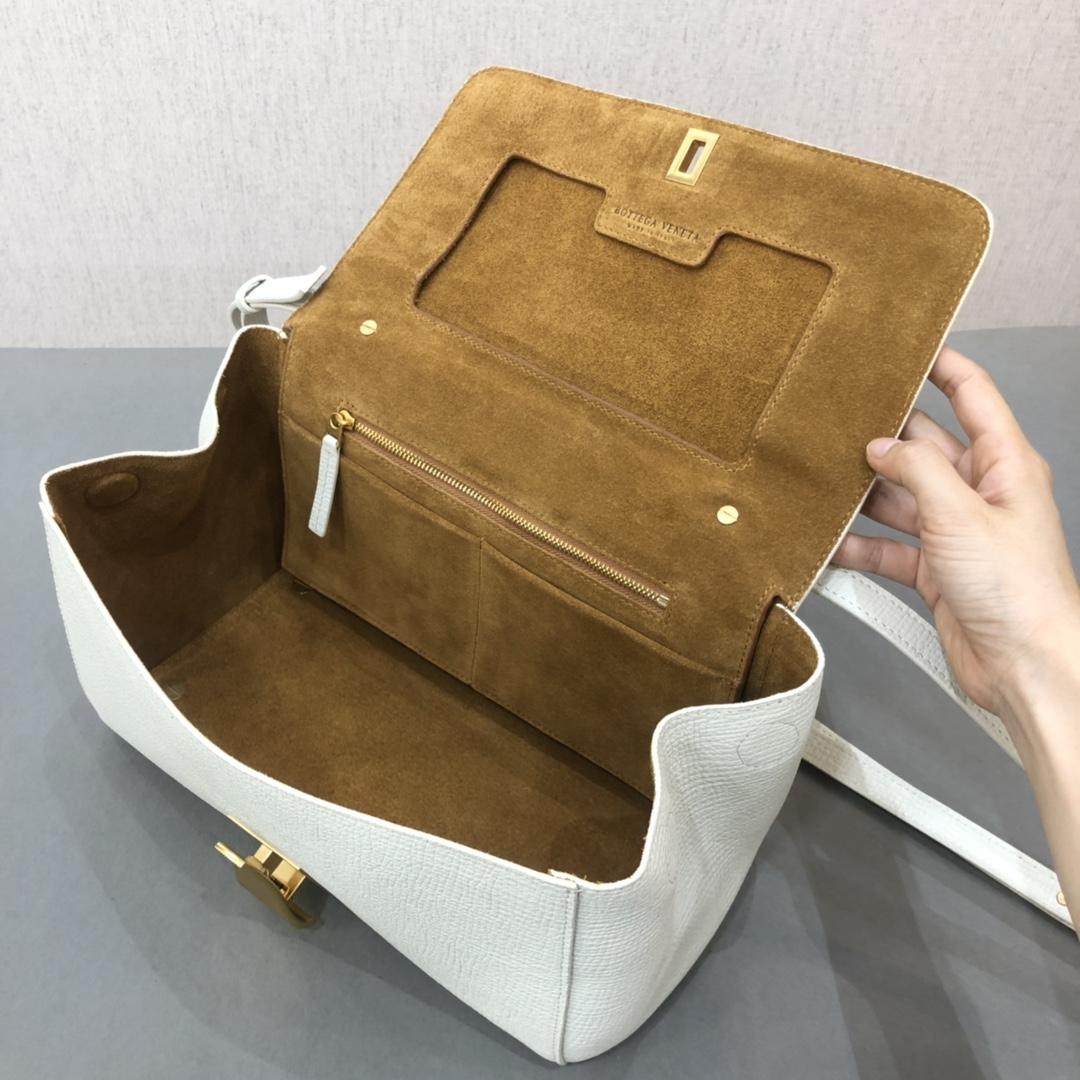 宝缇嘉BV女包 Angle bag  粒面处理小牛皮 白色 三角形刻花锁扣