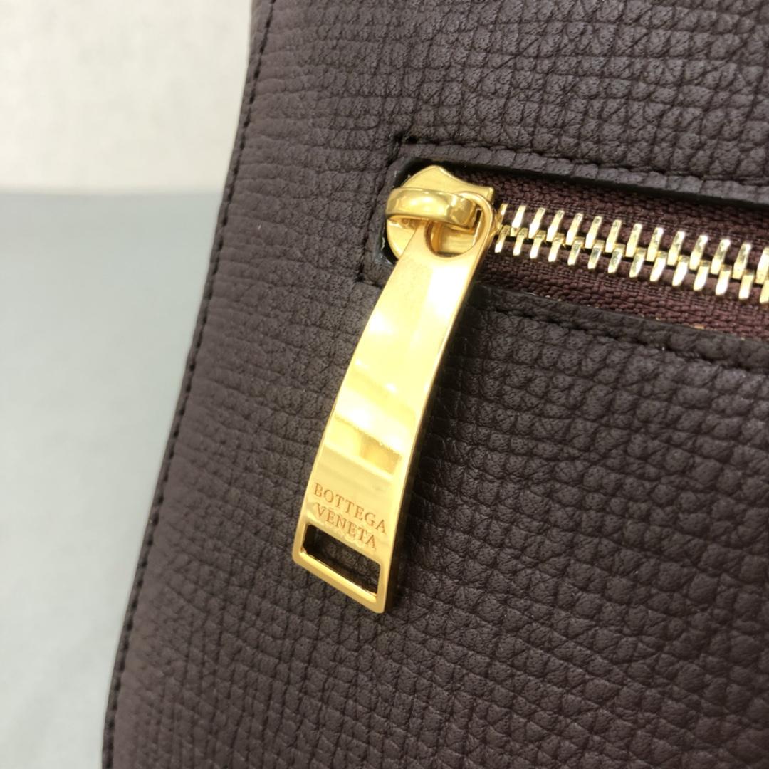 宝缇嘉BV女包 Angle bag  粒面处理小牛皮 啡色 三角形刻花锁扣