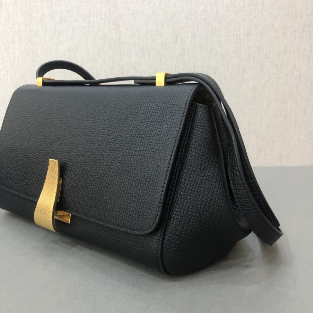 宝缇嘉BV女包 Angle bag  粒面处理小牛皮 黑色 三角形刻花锁扣