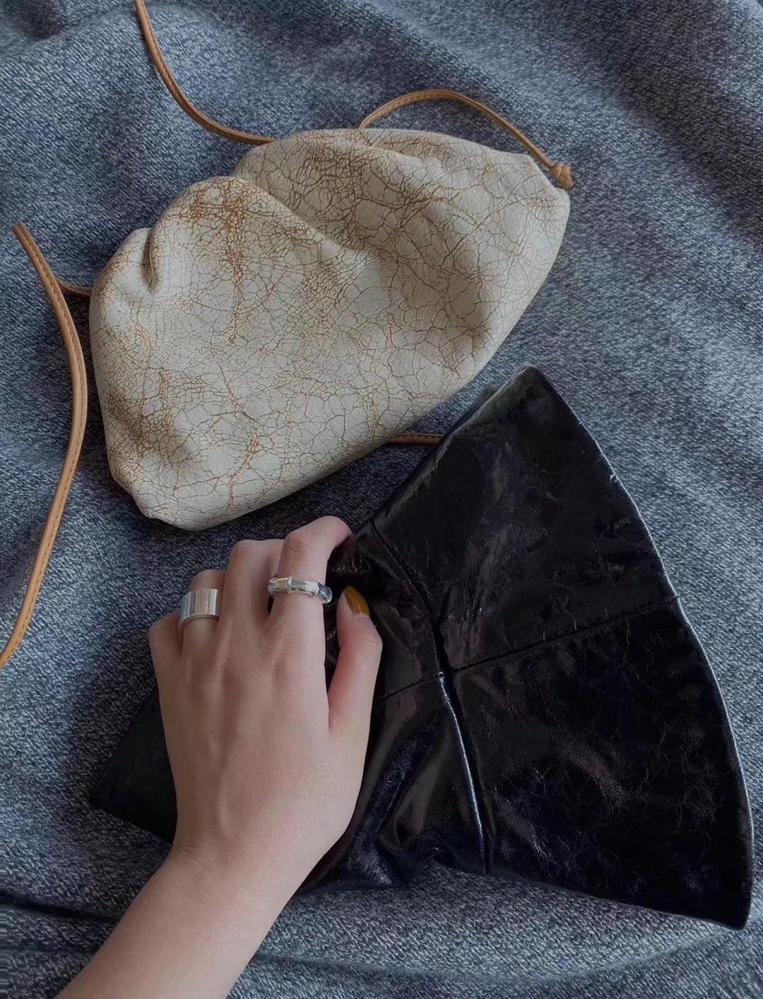 云朵包爆裂纹 今年最火 超级好搭配衣服 今年必备包包之一