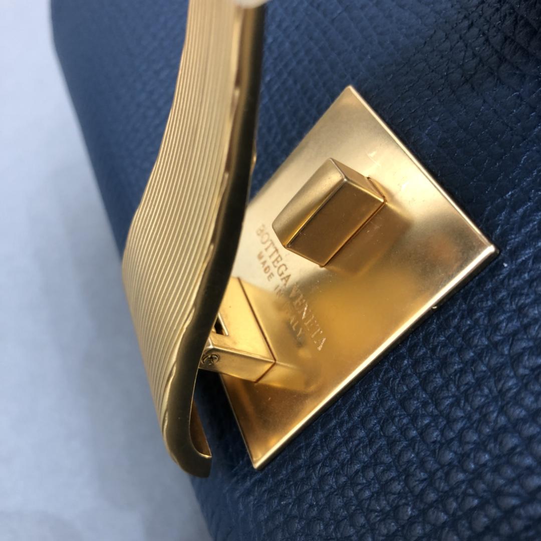 宝缇嘉BV女包 Angle bag  粒面处理小牛皮 蓝色 三角形刻花锁扣