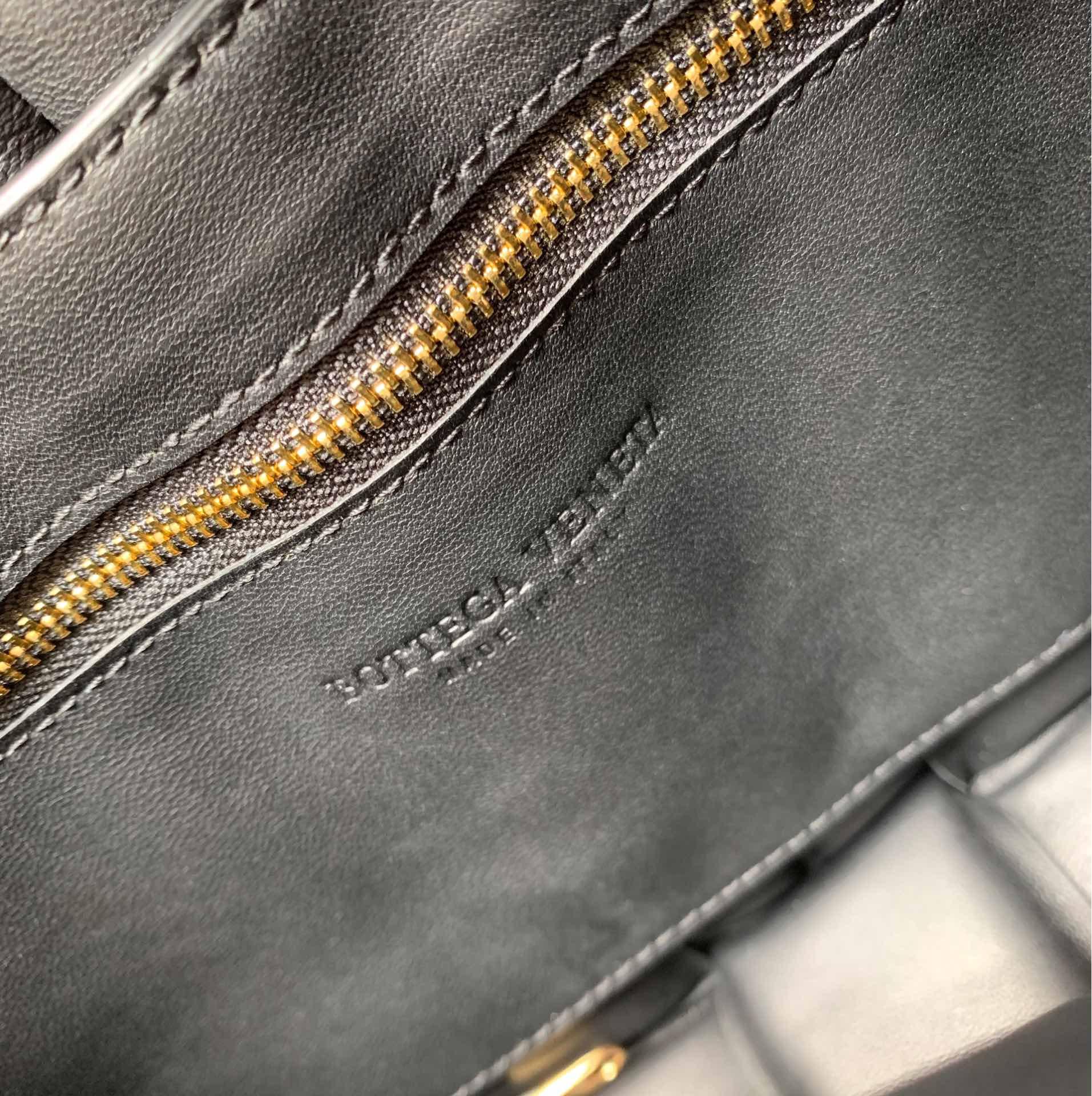 【P1920】Bv秋冬新品 枕头包 外进口牛皮内里小羊皮 黑色 591970 26-18-8