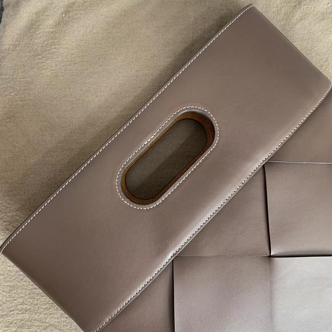 【P1500】Bv 最新手拿包 复古回潮 外牛皮 内猄皮 39x33x3 编码574154 牛皮/巧克力棕