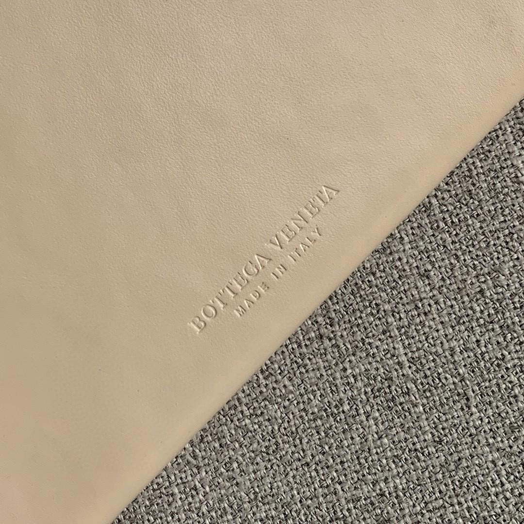 【P1200】Bottega新品 Dais硬盒包 18-19-5外牛皮/内羊皮裸色