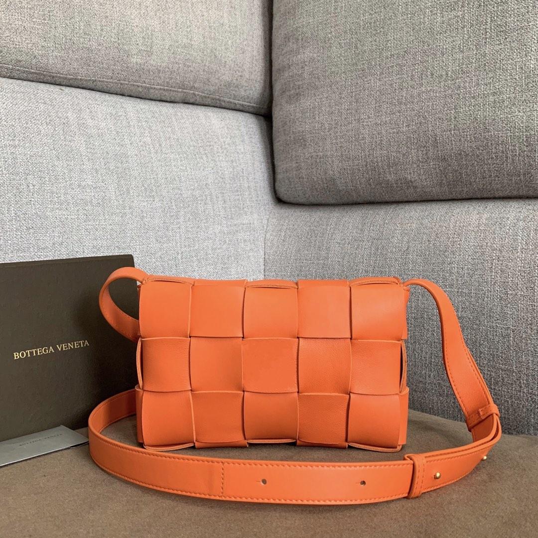 【P1620】新款手袋CASSETTE 编织 578004 尺寸23*15*5.5 橙色