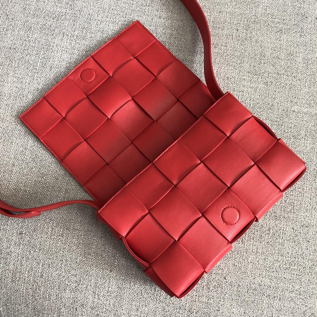 【P1620】新款手袋CASSETTE 编织 578004 尺寸23*15*5.5 中国红
