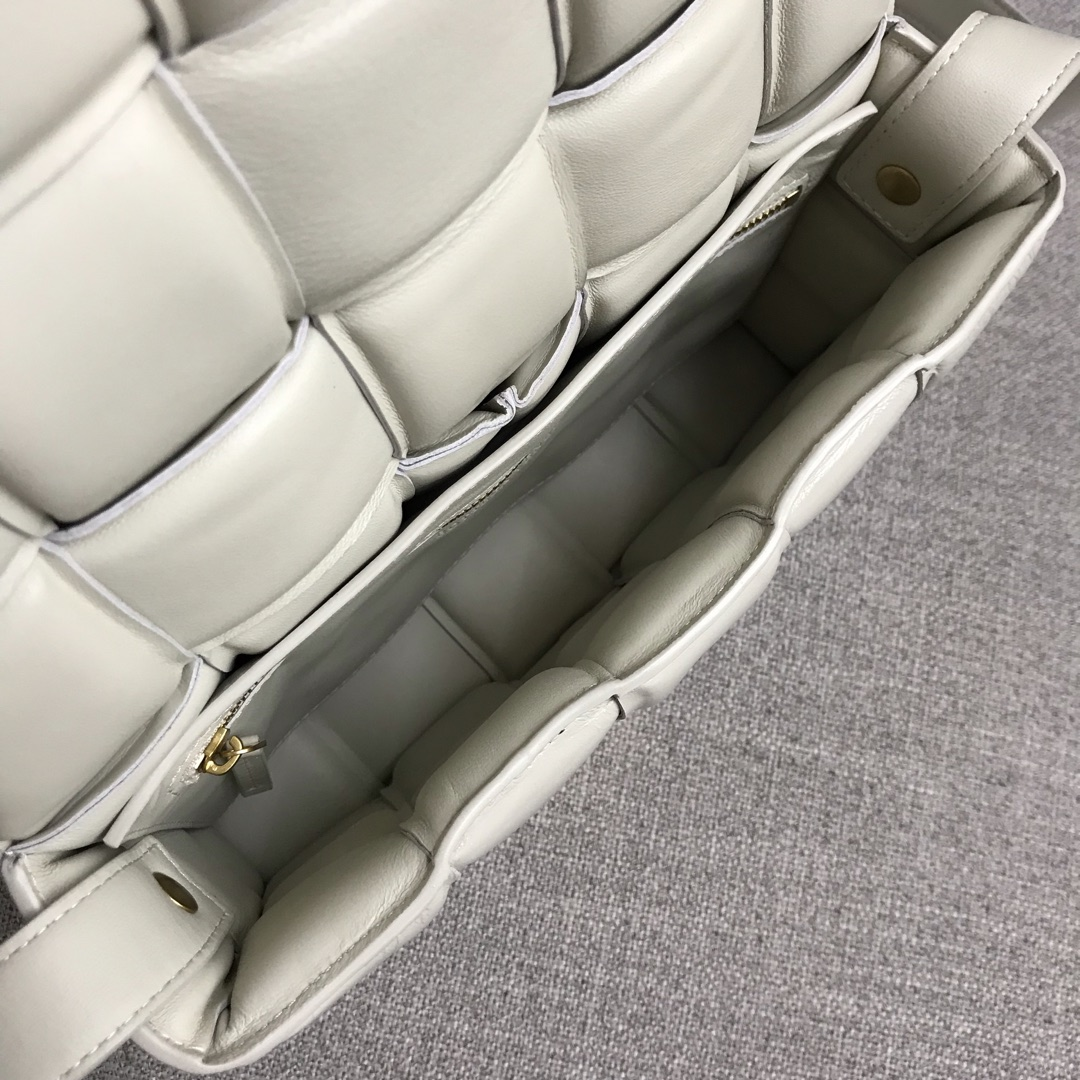 【P1920】Bv秋冬新品 枕头包 外进口牛皮内里小羊皮 白色 591970 26-18-8