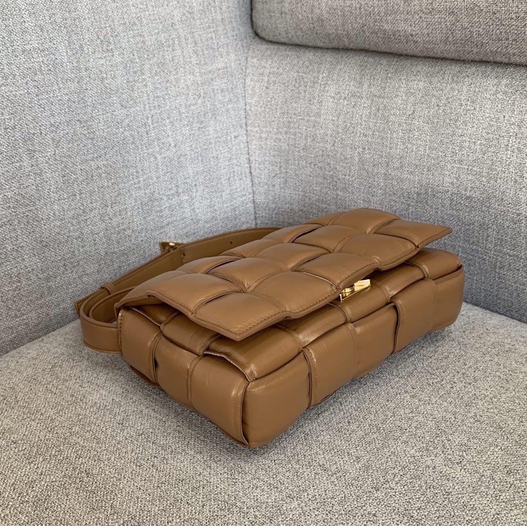 【P1920】Bv秋冬新品 枕头包 外进口牛皮内里小羊皮 驼色 591970 26-18-8
