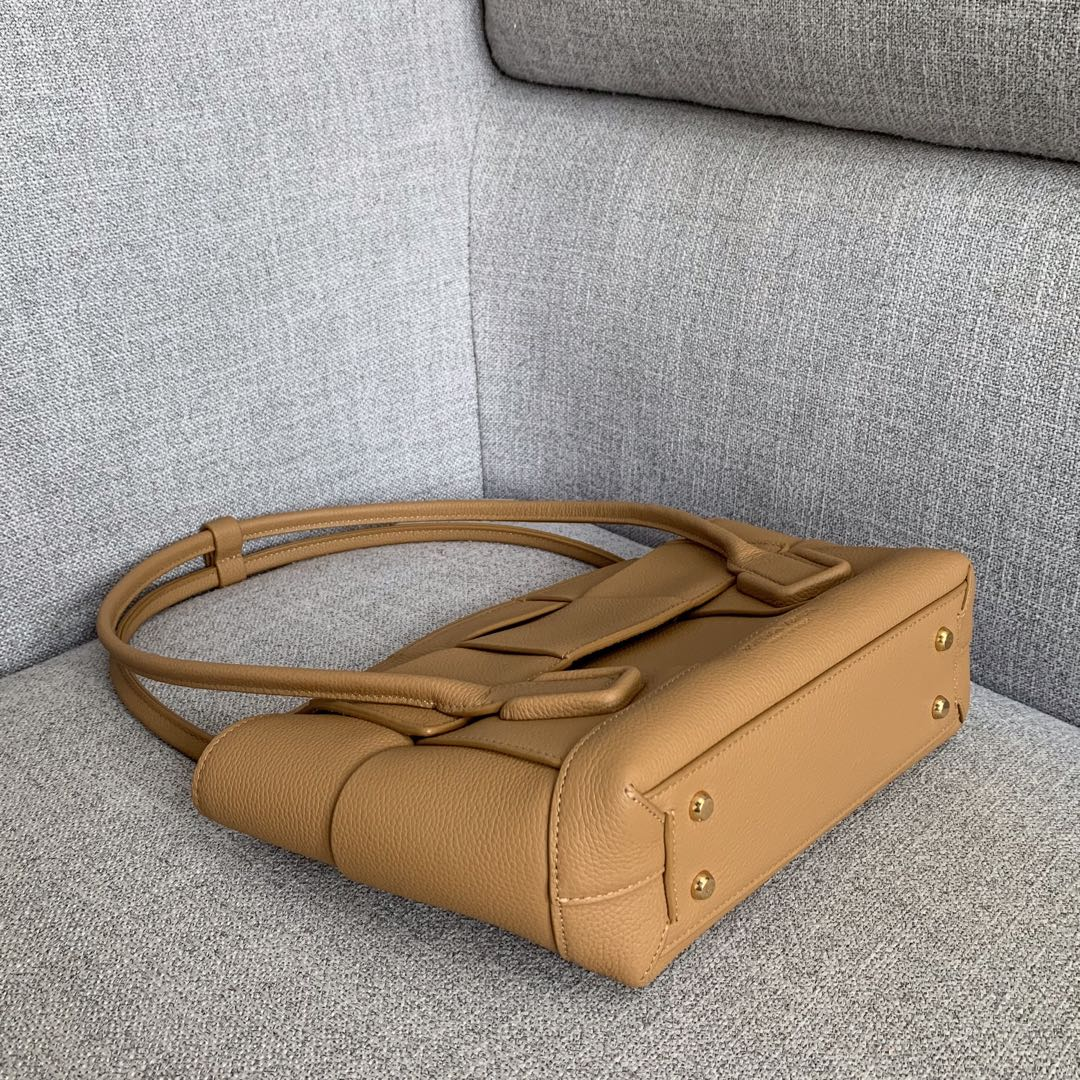 【P1730】Bv 小号Arco购物袋 575943 牛皮/荔枝纹 驼色 袋口33 底22宽6高22 (不含手柄)