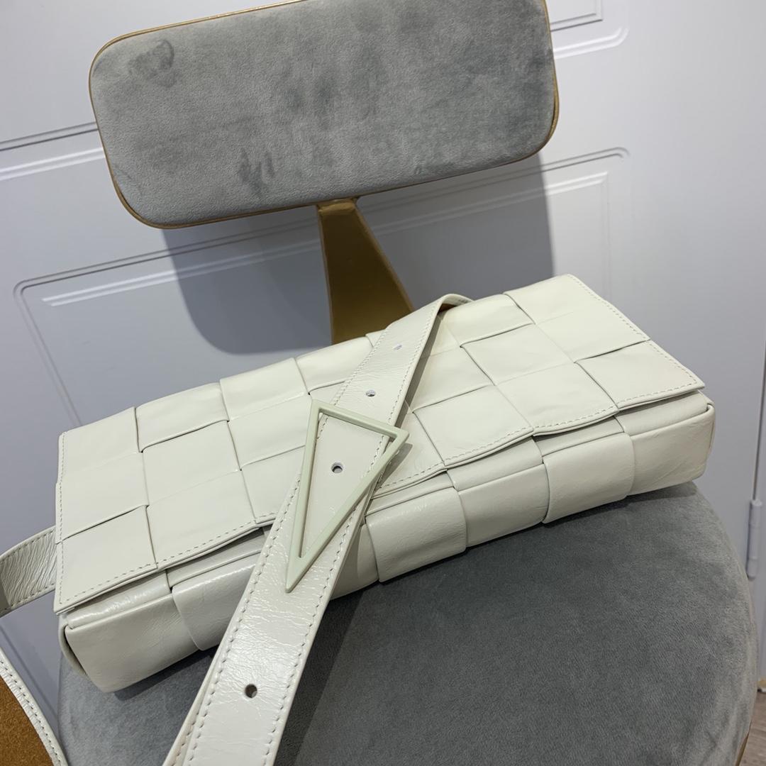 BV中国官网 2233 新款胸包 原版小牛皮编织 内里原版鹿皮材 搭配标志性三角形搭扣  28 * 14* 4