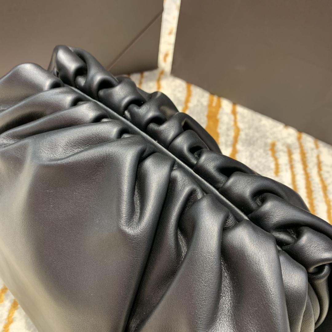 P¥1800 The Pouch 𝟰𝟬  黑色 要说今年最火的包莫过于这一枚云朵包 40*18*18