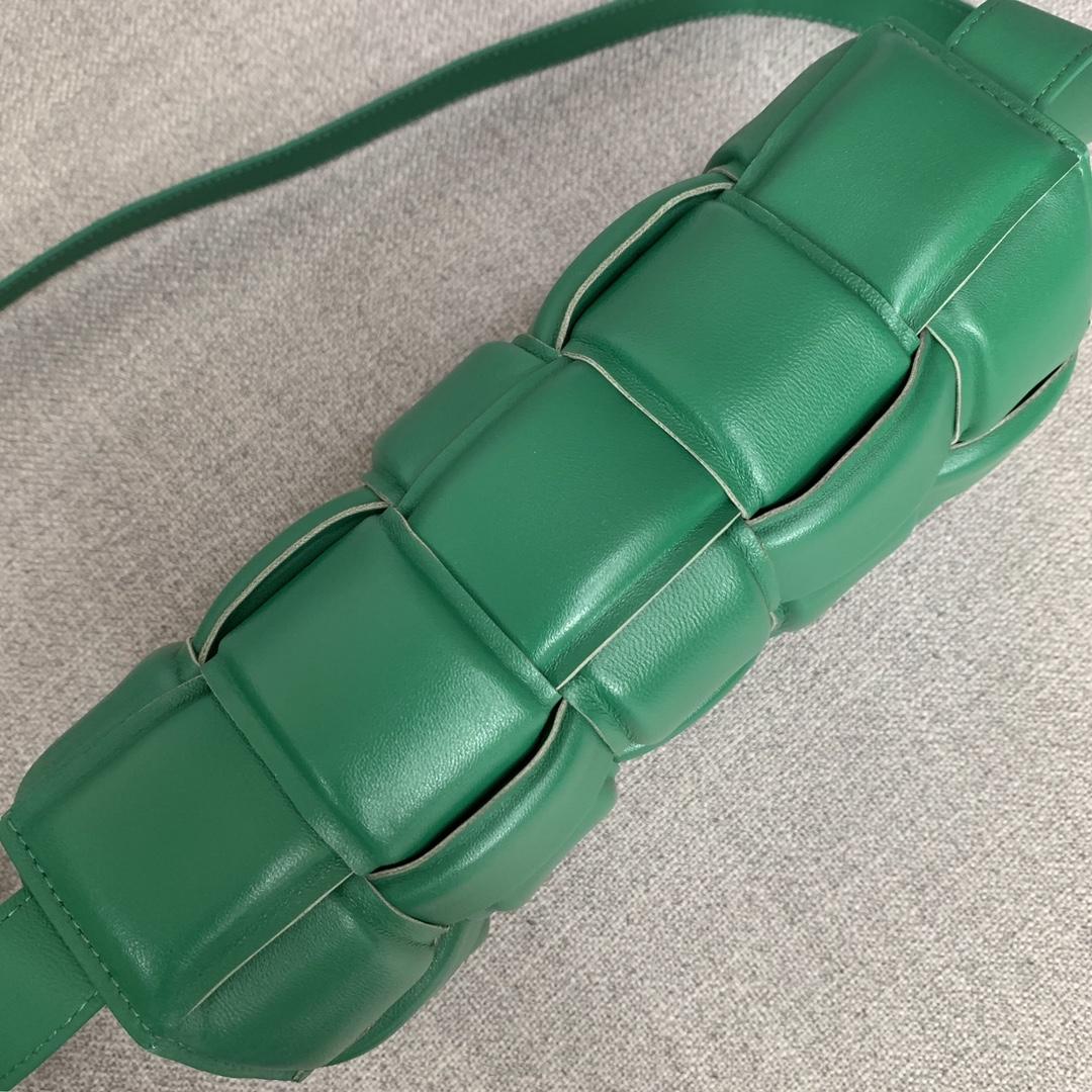 【1920】全羊皮新升级三角五金侧面复刻Logo 2020春夏新品•葆蝶家 小羊皮超独特纸感的材质 绿色 Cassette bag 卡带包