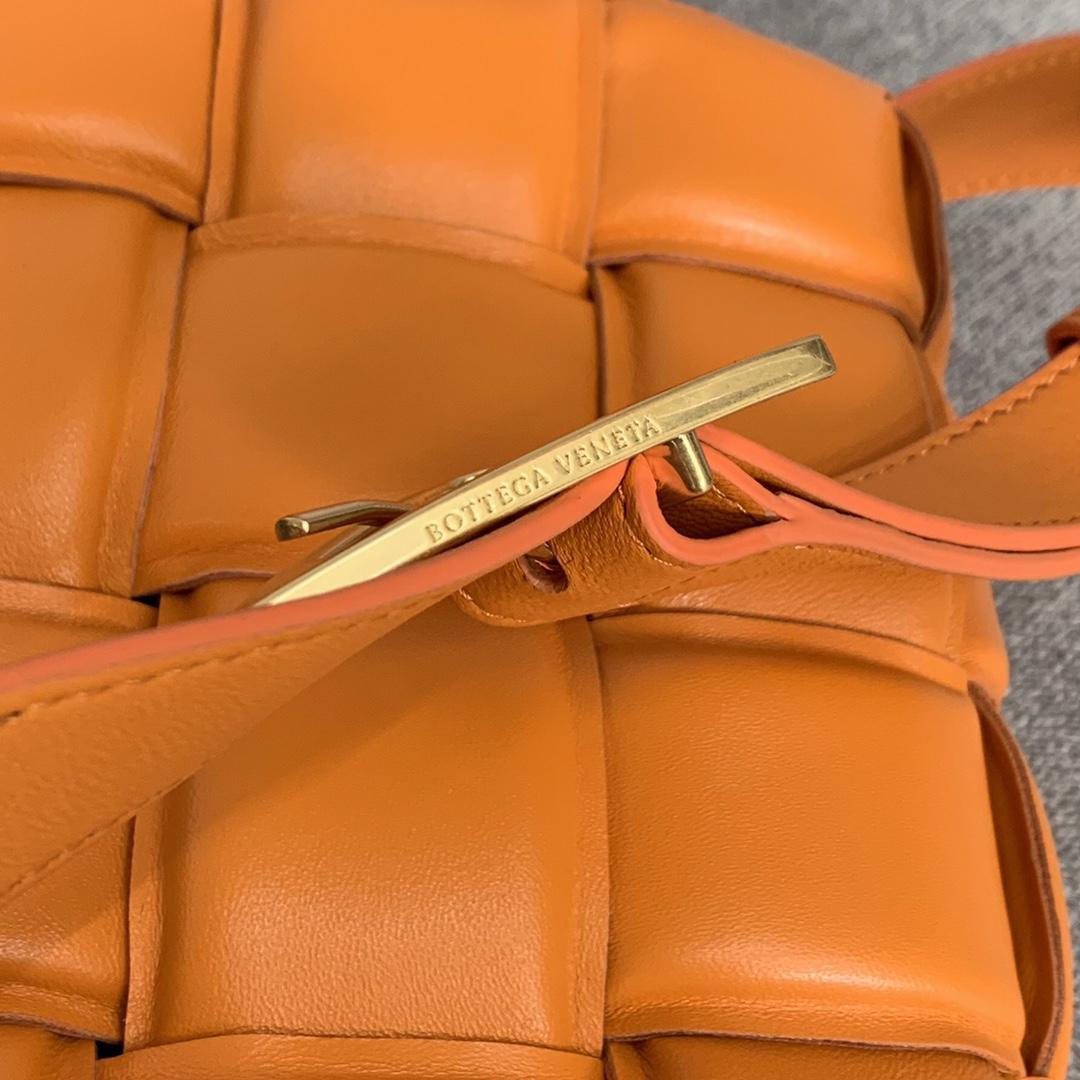 【1920】全羊皮新升级三角五金侧面复刻Logo 2020春夏新品•葆蝶家 小羊皮超独特纸感的材质 橙色 Cassette bag 卡带包
