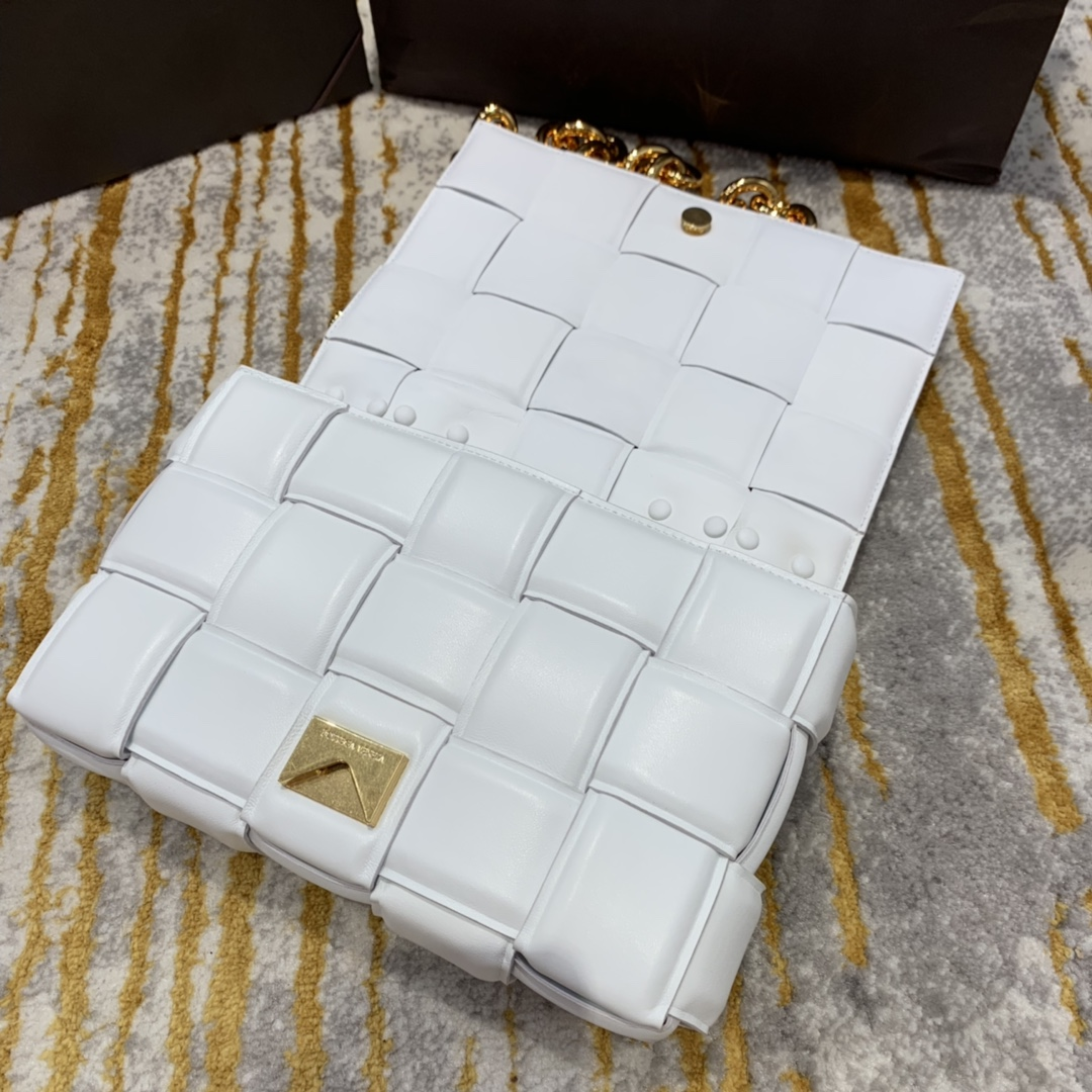 P¥2070 THE CHAIN CASSETTE 白色配金 越看越好看的一款 超有范的 街拍神器 26*18*8