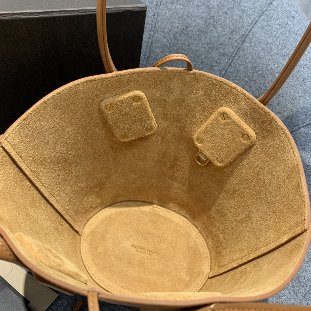 "P¥1170 SMALL BASKET TOTE 焦糖色 灵感来自西西里传统的""coffa"" Basket 篮子包 18*28*10"