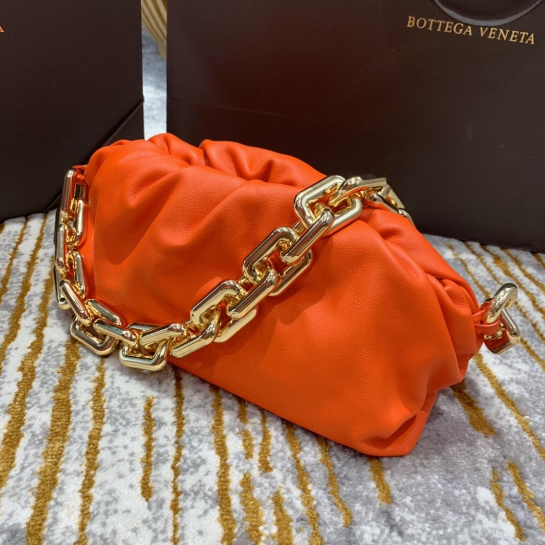 ¥2070【新色】THE CHAIN POUCH 橙色  火爆全球的 超飒超A的云朵包加上铁链 31*16*12cm