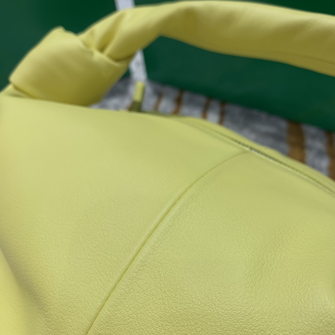 P¥1320 MINI BAG 黄 专柜最新款手提云朵包 又叫饭盒包 30*23*15