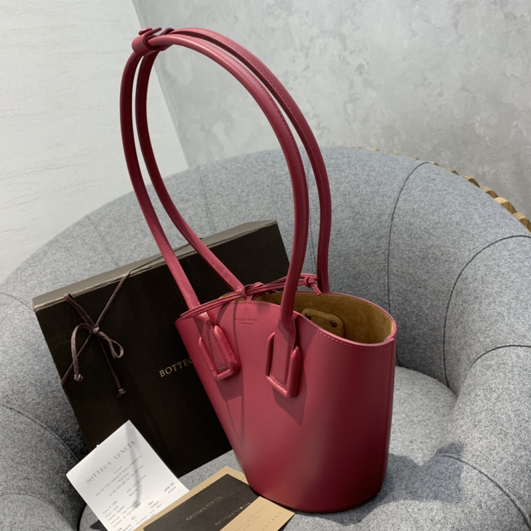 "P¥1170 SMALL BASKET TOTE 浆果红 灵感来自西西里传统的""coffa"" Basket 篮子包 18*28*10"