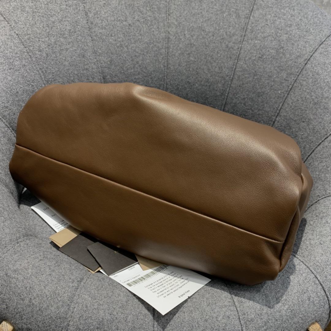 P¥1920 THE SHOULDER POUCH 巧克力色 牛角包 40*32*22