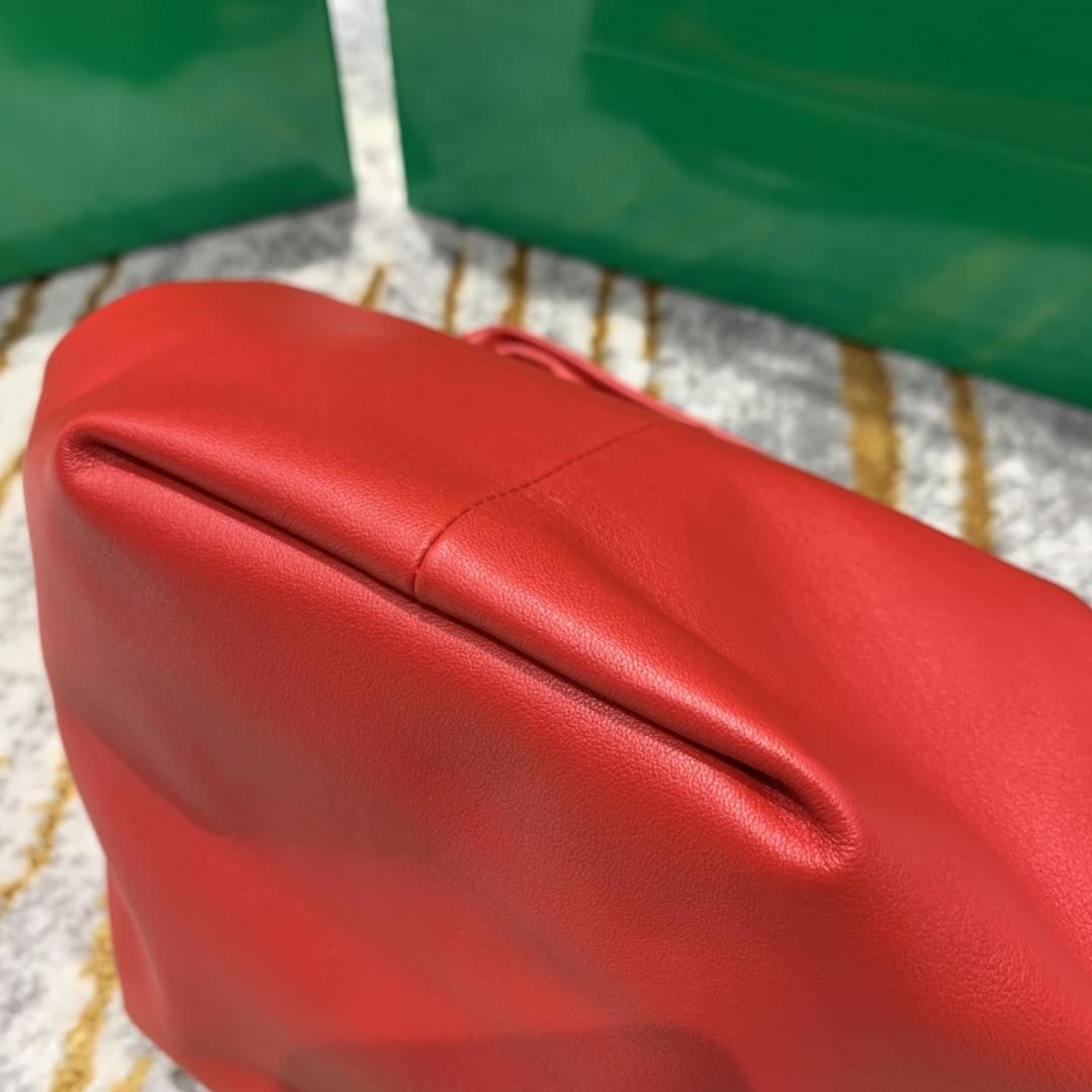 P¥1320 MINI BGA 甲油红 专柜最新款手提云朵包 又叫饭盒包 30*23*15