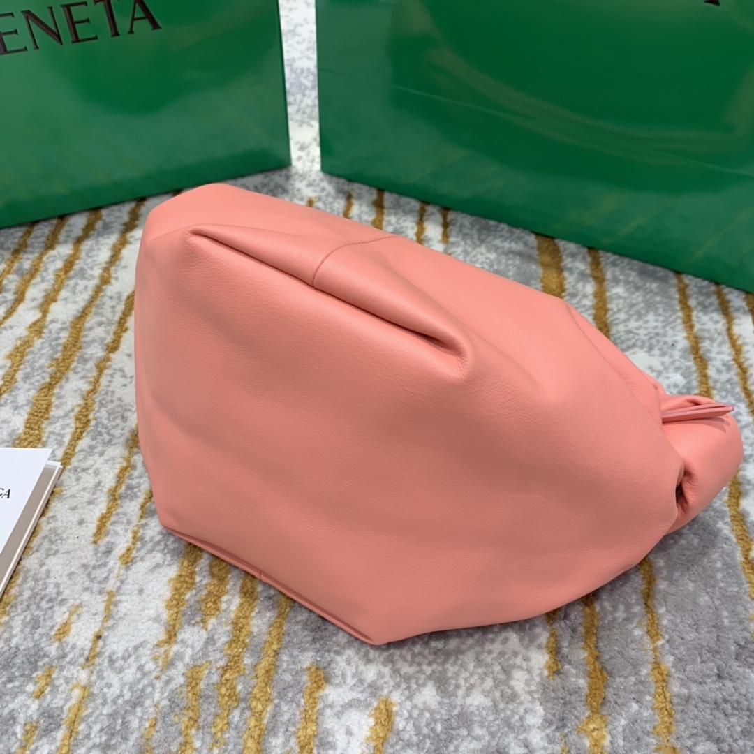 P¥1320 mini bag 蜜桃粉 专柜最新款手提云朵包 又叫饭盒包 30*23*15