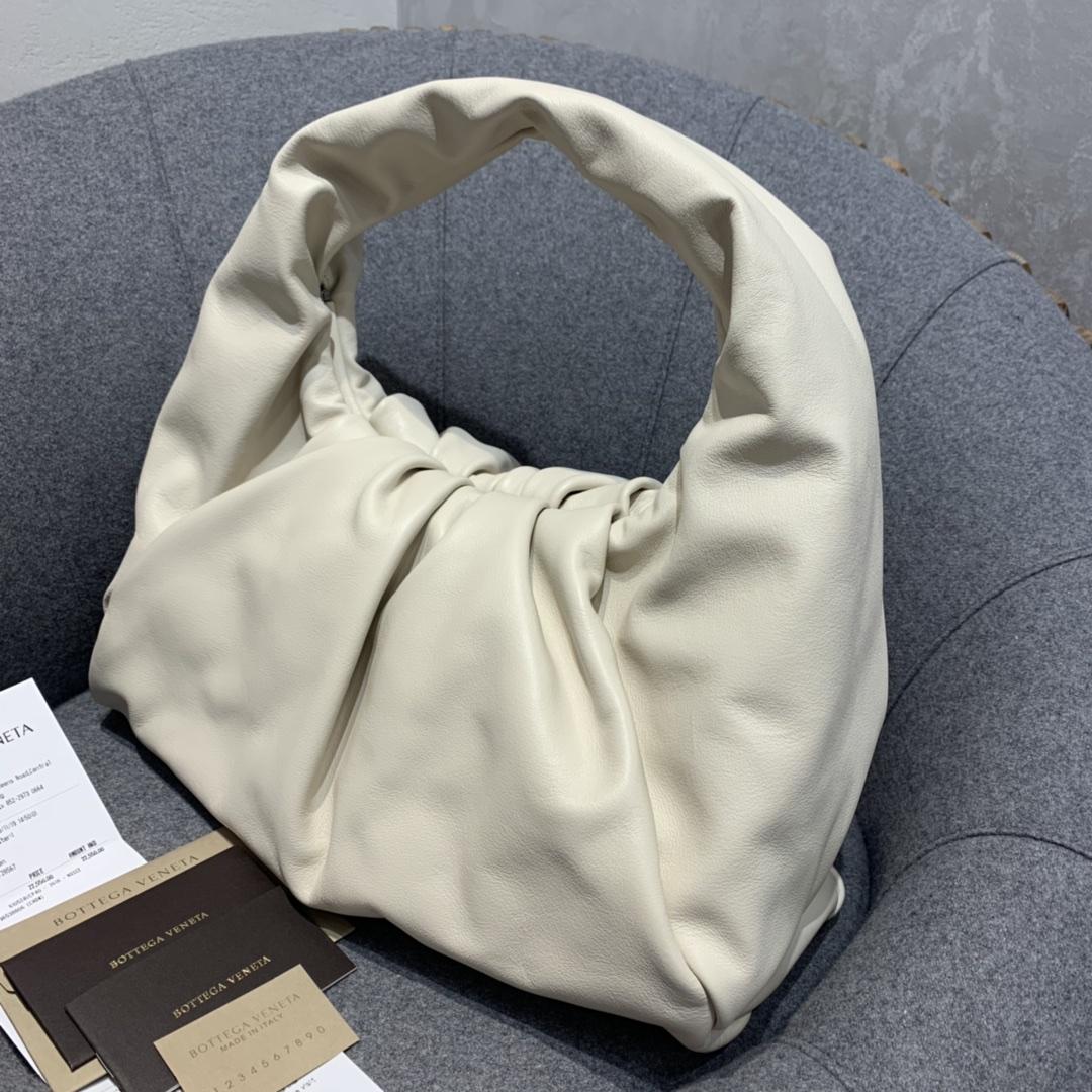 P¥1920 THE SHOULDER POUCH 石膏色 牛角包 40*32*22 高级感包包现货