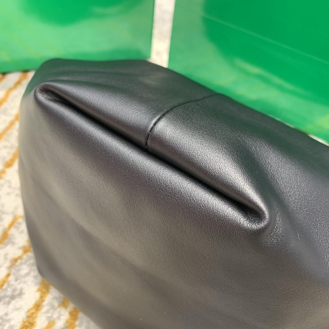 P¥1320 mini bag 经典黑 专柜最新款手提云朵包 又叫饭盒包 30*23*15
