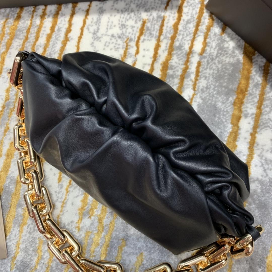 ¥2070【新色】THE CHAIN POUCH 黑色  火爆全球的 超飒超A的云朵包加上铁链 31*16*12cm