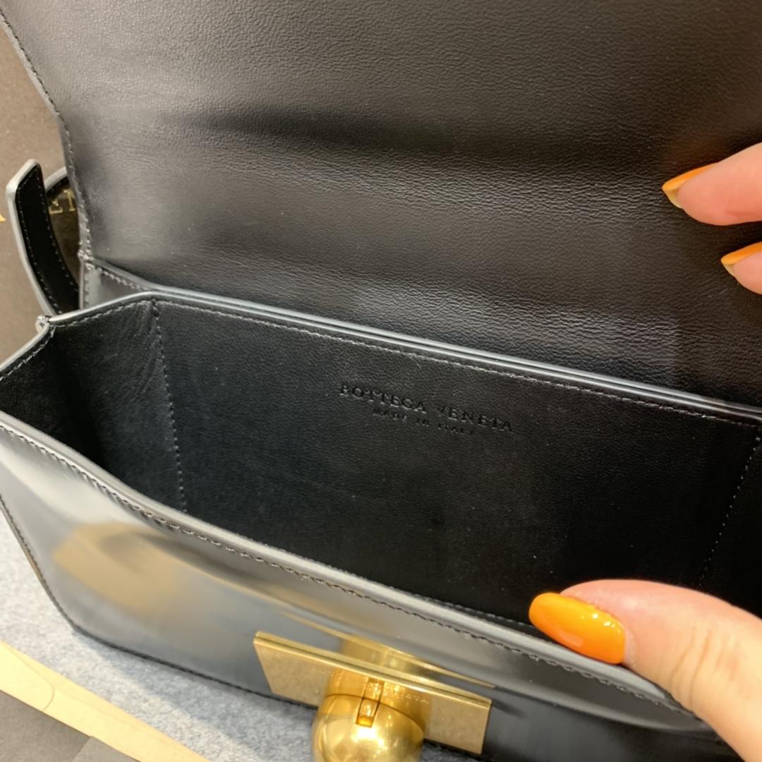 P¥1320 CLASSIC MINI 黑色 极简性冷淡风 CLASSIC 满满的Vintage感 21*11*5