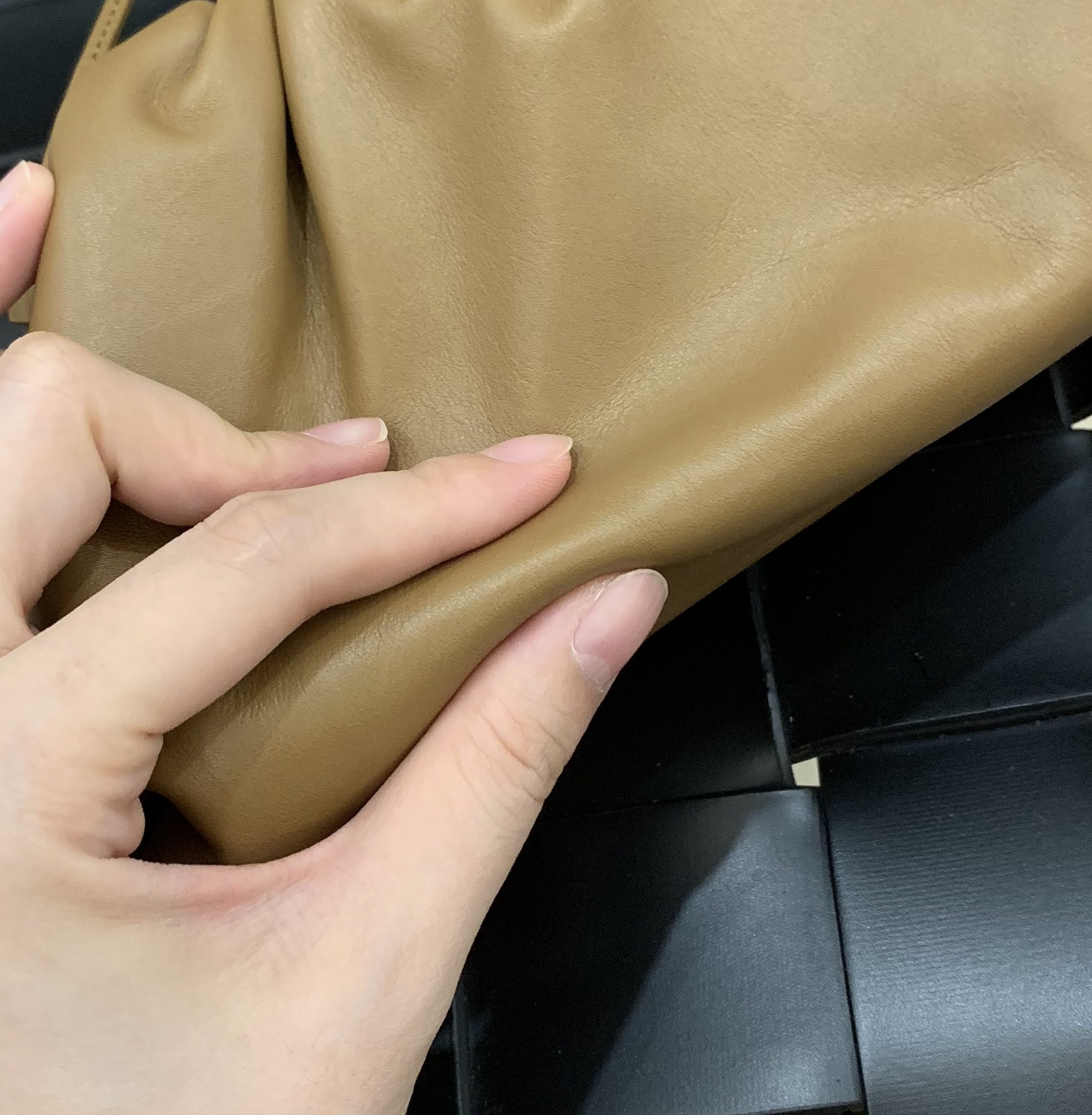¥1440 正品皮THE MINI POUCH 王牌产品云朵包 585852正品皮 22*13*5