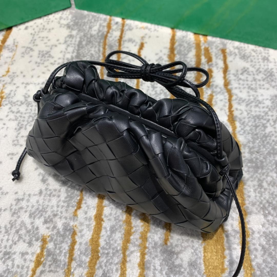 【¥1350】THE MINI POUCH 黑色 云朵包 经典编织款 22*13*6 火得不要不要的