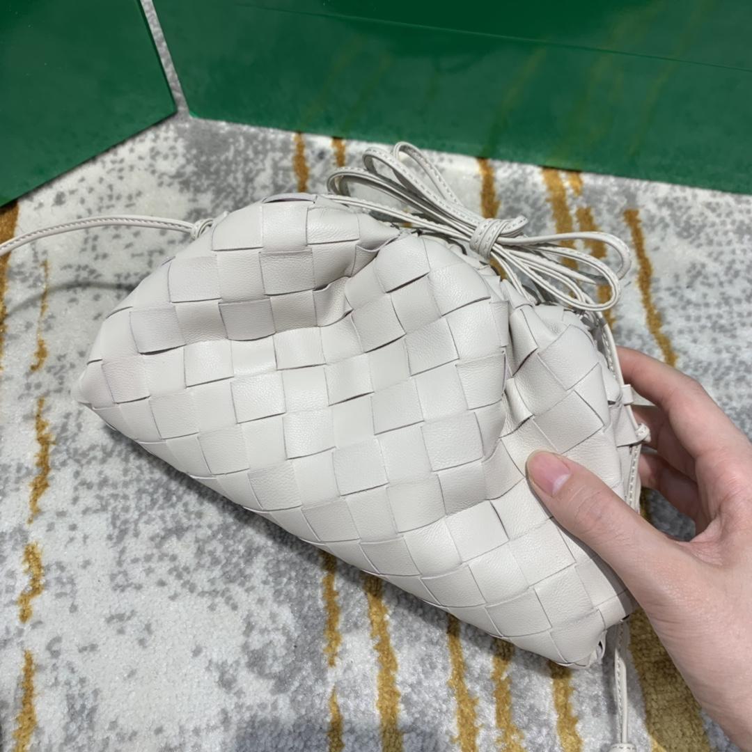 【¥1350】THE MINI POUCH 白色 云朵包 经典编织款 22*13*6 火得不要不要的