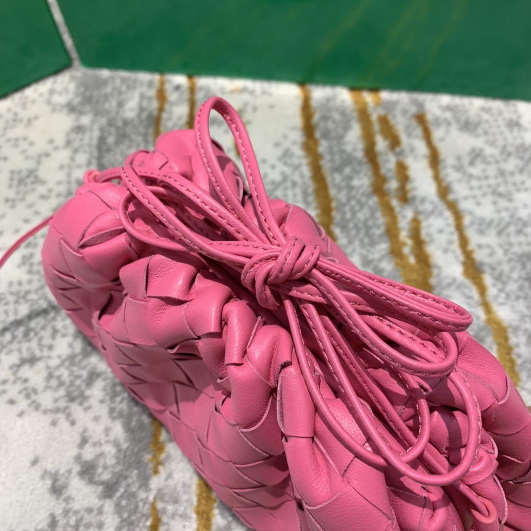 【¥1350】THE MINI POUCH 粉色 云朵包 经典编织款 22*13*6 火得不要不要的