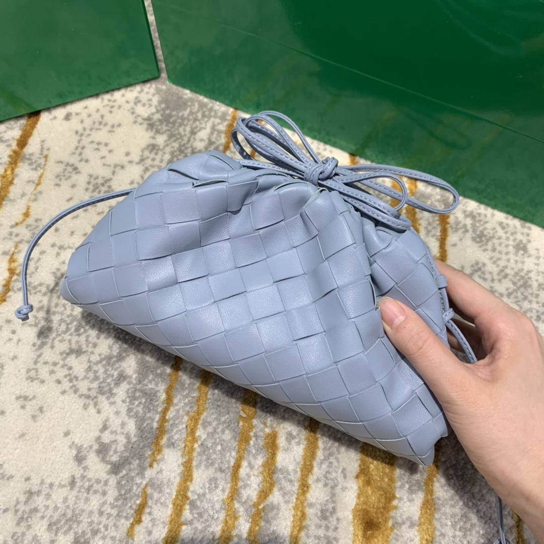 【¥1350】THE MINI POUCH 冰蓝色 云朵包 经典编织款 22*13*6 火得不要不要的