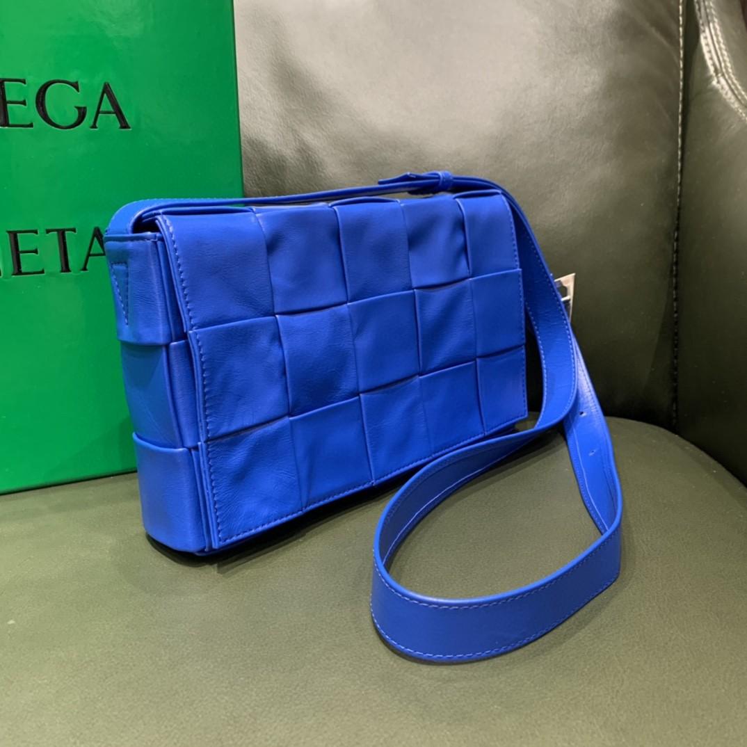 【¥1620】【CASSETTE 五格油腊小牛皮】钻蓝色 经典标志性的三角形扣子 中性款 23×15×5.5cm