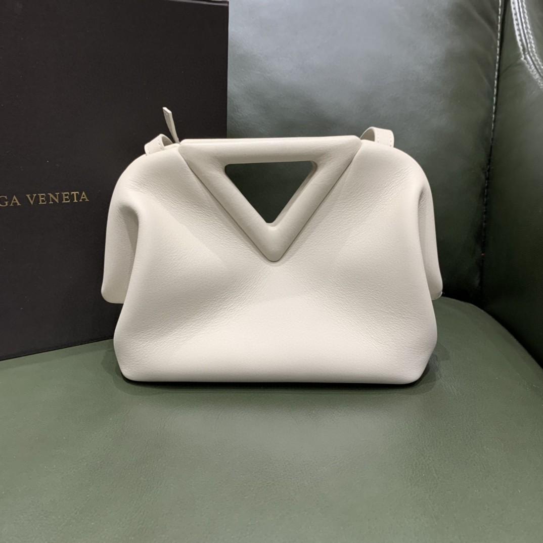 【¥1470】#THETRIANGLE#白色 三角形五金开口设计 拎斜挎肩背都可以 小巧精致可爱 高级大方 24*16*8cm