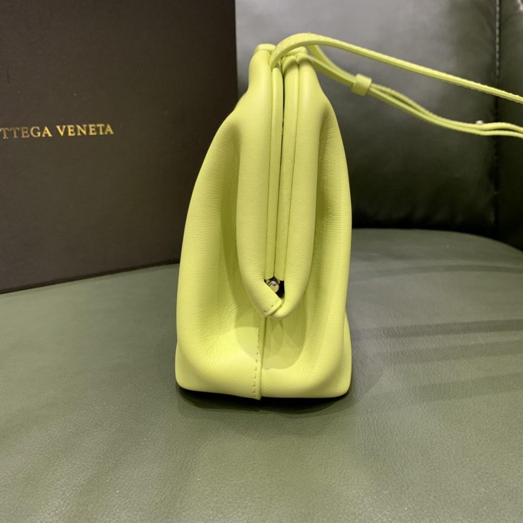 【¥1470】#THETRIANGLE#海草黄 三角形五金开口设计 拎斜挎肩背都可以 小巧精致可爱 高级大方 24*16*8cm