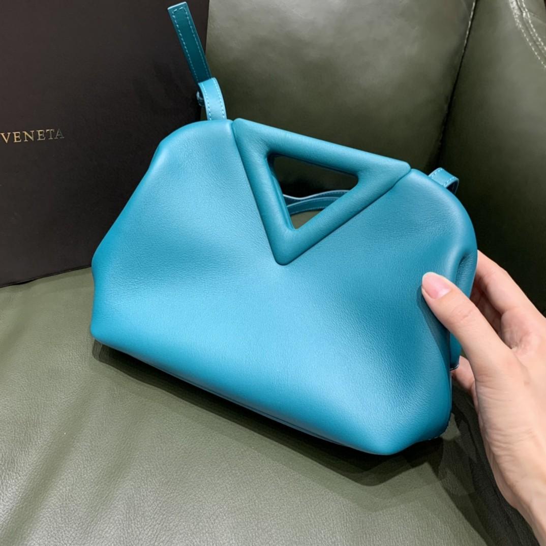 【¥1470】#THETRIANGLE#野鸭绿 三角形五金开口设计 拎斜挎肩背都可以 小巧精致可爱 高级大方 24*16*8cm