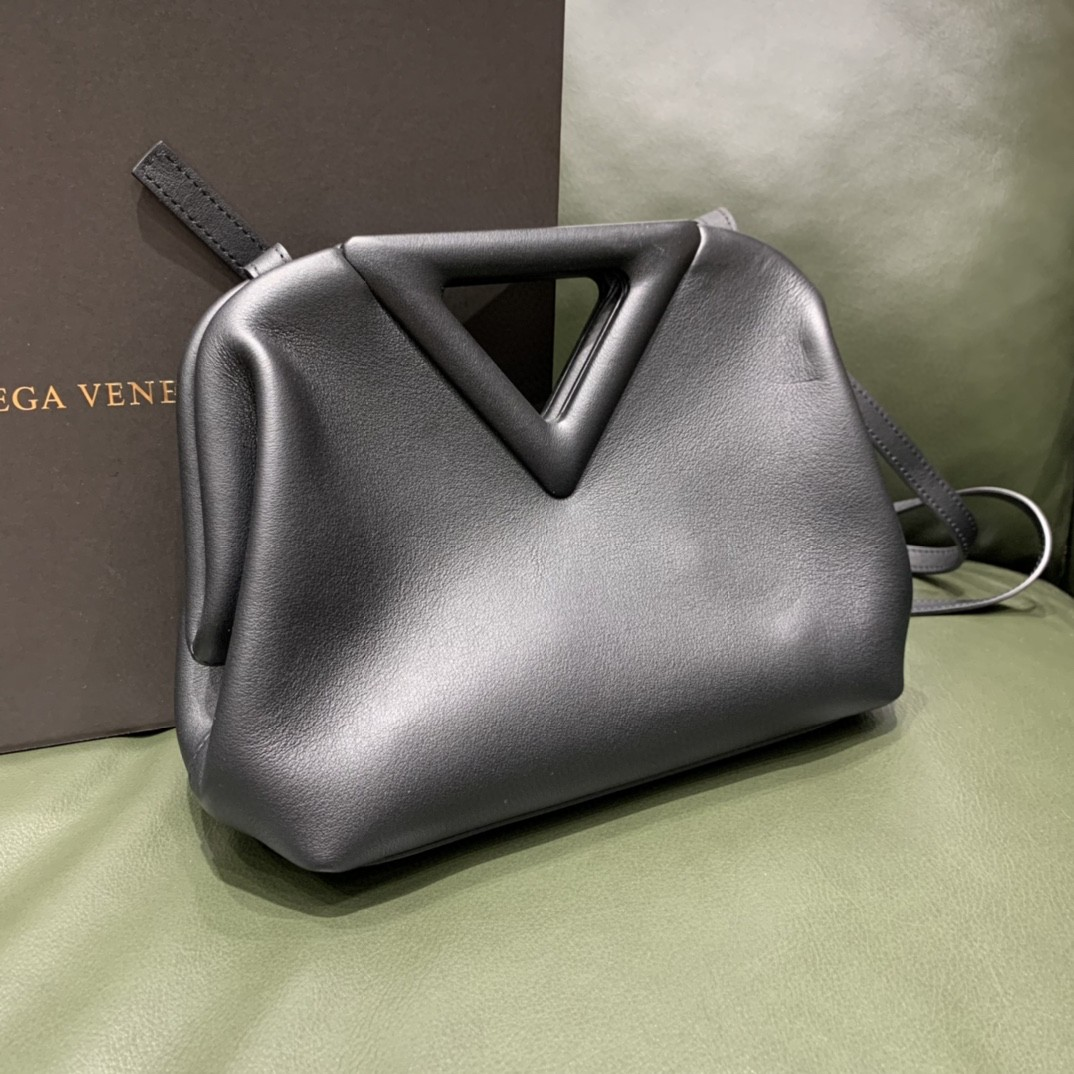 【¥1470】#THETRIANGLE#黑色 三角形五金开口设计 拎斜挎肩背都可以 小巧精致可爱 高级大方 24*16*8cm