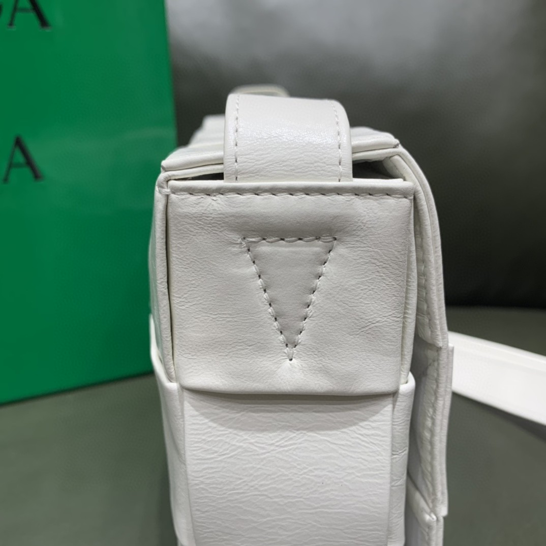 【¥1620】【CASSETTE 五格油腊小牛皮】白色23×15×5.5cm 经典标志性的三角形扣子 中性款