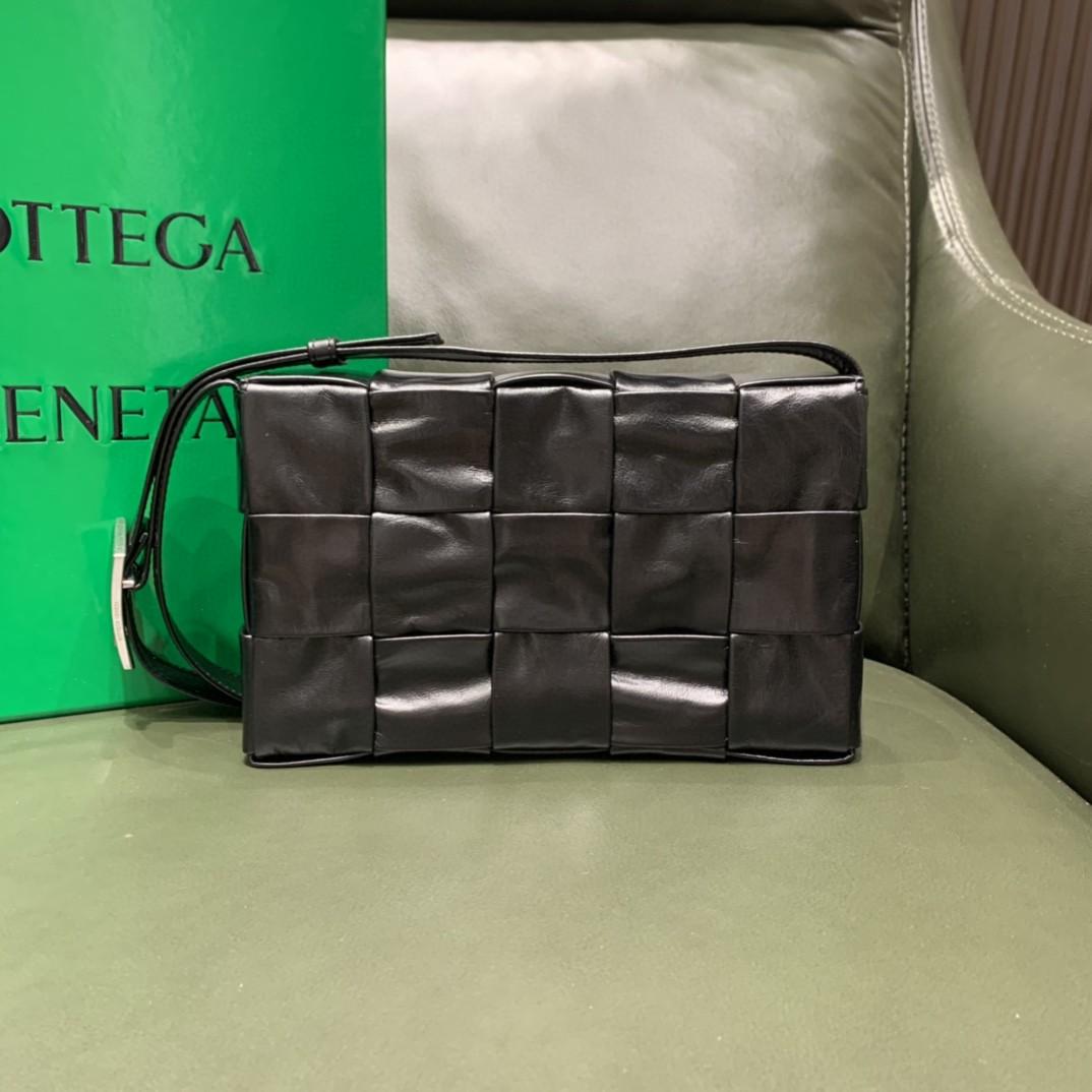 【¥1620】【CASSETTE 五格油腊小牛皮】黑色 经典标志性的三角形扣子 中性款 23×15×5.5cm