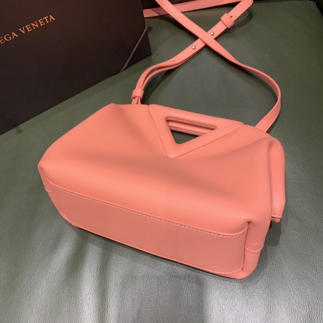 【¥1470】#THETRIANGLE#蜜桃粉 三角形五金开口设计 拎斜挎肩背都可以 小巧精致可爱 高级大方 24*16*8cm